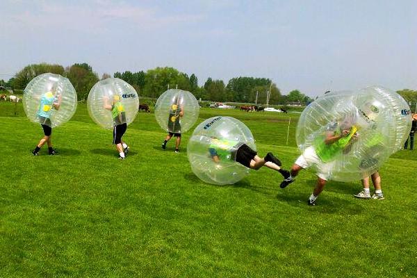 óriás labdával játszó emberek