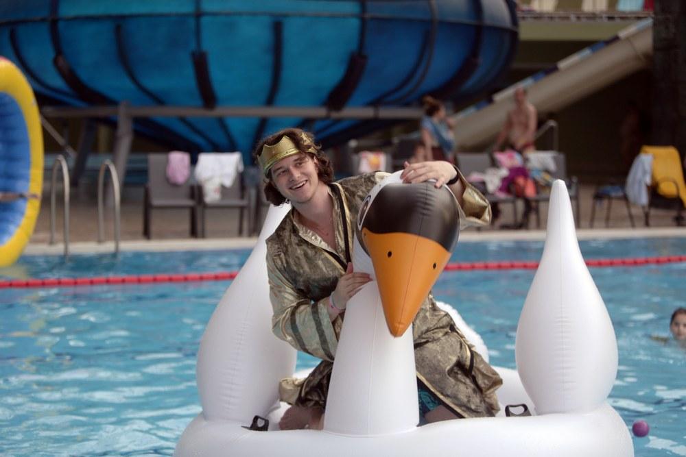 lányok felfújható játékokon napoznak egy medencében