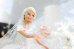 menyasszony barbie csokorral a kezében