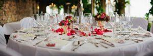 szépen megterített ünnepi asztal