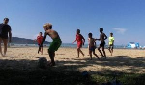 gyerekek fociznak a strandon