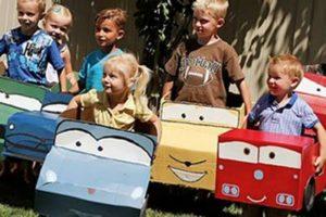 gyerekek autós jelmezekben