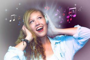 éneklő lány körül hangjegyek röpködnek