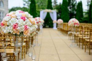 virággal díszített esküvői ceremónia helyszín