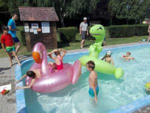 medencében felfújható játékok gyerkekkel