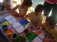 papír pajzsot készítő gyerekek