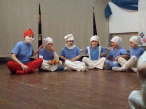 hupikék törpnek öltözött gyerekek