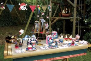 kalóz témájú gyerek party kellékekkel terített asztal