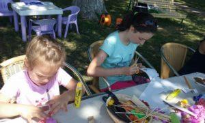 gyerekek ollóval papírformákat vágnak